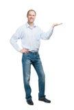 Uśmiechnięty mężczyzna w błękitnej koszula i jeanse odizolowywający na białym backgroun zdjęcie stock