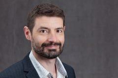 Uśmiechnięty mężczyzna w Forties z pełną brodą Obraz Stock