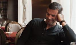 Uśmiechnięty mężczyzna w restauraci Obraz Stock