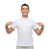 Uśmiechnięty mężczyzna wskazuje palce na on w koszulce fotografia stock