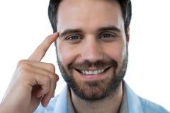Uśmiechnięty mężczyzna wskazuje przewodzić z palcem obrazy stock