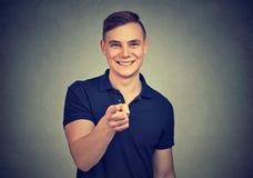 Uśmiechnięty mężczyzna wskazuje przy kamerą fotografia stock