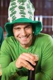 Uśmiechnięty mężczyzna wznosi toast piwo z kapeluszem Obraz Stock