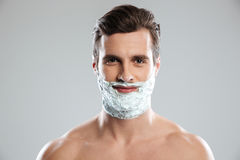 Uśmiechnięty mężczyzna z golenie pianą na twarzy zdjęcia stock