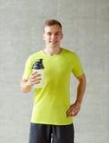 Uśmiechnięty mężczyzna z proteinową potrząśnięcie butelką Obraz Royalty Free