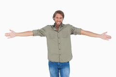 Uśmiechnięty mężczyzna z rękami otwiera szerokiego Zdjęcia Royalty Free