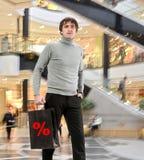 Uśmiechnięty mężczyzna z torba na zakupy Obrazy Royalty Free