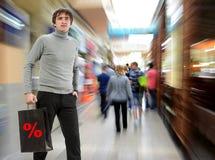 Uśmiechnięty mężczyzna z torba na zakupy Zdjęcie Stock