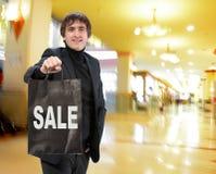 Uśmiechnięty mężczyzna z torba na zakupy Zdjęcia Stock