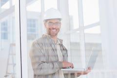 Uśmiechnięty męski architekt używa laptop w biurze Zdjęcie Stock