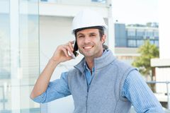 Uśmiechnięty męski architekt używa telefon komórkowego outdoors Zdjęcie Royalty Free