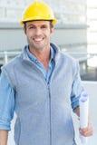 Uśmiechnięty męski architekta mienia projekt Zdjęcie Royalty Free
