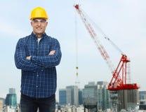 Uśmiechnięty męski budowniczy lub ręczny pracownik w hełmie Fotografia Stock