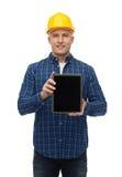 Uśmiechnięty męski budowniczy w hełmie z pastylka komputerem osobistym Zdjęcia Stock