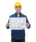 Uśmiechnięty męski budowniczy w hełmie z projektem Zdjęcia Royalty Free