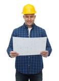 Uśmiechnięty męski budowniczy w hełmie z projektem Zdjęcie Stock