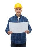 Uśmiechnięty męski budowniczy w hełmie z projektem Obrazy Royalty Free