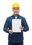 Uśmiechnięty męski budowniczy w hełmie z schowkiem Obrazy Royalty Free