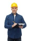 Uśmiechnięty męski budowniczy w hełmie z schowkiem Obraz Royalty Free