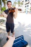 Uśmiechnięty męski busker bawić się skrzypce Zdjęcie Stock