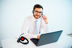 Uśmiechnięty męski centrum telefoniczne operator Zdjęcia Stock