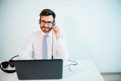 Uśmiechnięty męski centrum telefoniczne operator Zdjęcie Stock