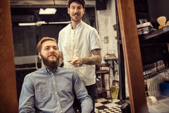 Uśmiechnięty męski fryzjer męski daje klienta ostrzyżeniu Obrazy Royalty Free