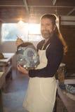Uśmiechnięty męski garncarka obraz na garnku Zdjęcie Royalty Free