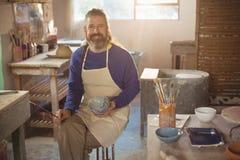 Uśmiechnięty męski garncarka obraz na pucharze Fotografia Stock