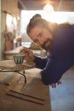 Uśmiechnięty męski garncarka obraz na pucharze Zdjęcie Stock