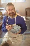 Uśmiechnięty męski garncarka obraz na pucharze Obraz Stock