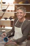 Uśmiechnięty męski garncarka obraz na pucharze Obraz Royalty Free