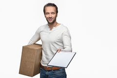 Uśmiechnięty męski kurier dostarcza pakuneczek Obrazy Stock