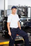 Uśmiechnięty Męski mechanik W garażu Fotografia Stock
