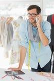 Uśmiechnięty męski projektant mody używa telefon komórkowego Fotografia Royalty Free