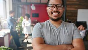 Uśmiechnięty męski projektant patrzeje kamerę przy biurem Obrazy Royalty Free