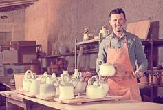 Uśmiechnięty męski rzeźbiarz ma ceramics w rękach Obraz Royalty Free