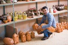 Uśmiechnięty męski rzemieślnik ma ceramics w workroom Fotografia Royalty Free