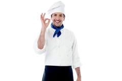 Uśmiechnięty męski szef kuchni pokazuje ok ręka znaka Obraz Stock