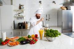 Uśmiechnięty męski szef kuchni przygotowywa jego kuchnię dla zaczynał gotować Fotografia Royalty Free