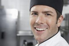 Uśmiechnięty Męski szef kuchni W kuchni Obraz Royalty Free