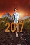 Uśmiechnięty męski turysta przed 2017 tekstem Zdjęcia Stock