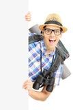 Uśmiechnięty męski turysta z obuoczny pozować za pustym panelem Fotografia Royalty Free