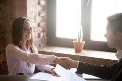 Uśmiechnięty młodego człowieka i kobiety uścisk dłoni, pomyślna transakcja obraz stock