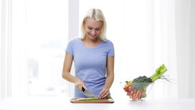 Uśmiechnięty młodej kobiety ciapania seler w domu zdjęcie wideo