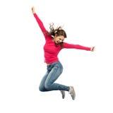 Uśmiechnięty młodej kobiety doskakiwanie w powietrzu fotografia royalty free