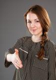 Uśmiechnięty młodej kobiety ofiary uścisk dłoni ty obrazy royalty free