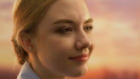 Uśmiechnięty młodej kobiety przyglądającej w górę, inspiracji i motywacji pojęcie, w górę zbiory wideo