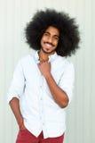 Uśmiechnięty młody amerykanina afrykańskiego pochodzenia mężczyzna z afro Obraz Stock