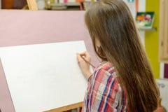 Uśmiechnięty młody artysta dziewczyny remis zdjęcie stock